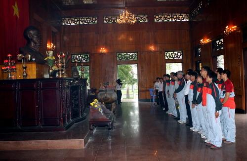 Nhật ký ĐTVN: Thăm viếng Làng Sen, ghé đền Ông Hoàng Mười