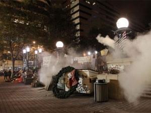 Cảnh sát Mỹ dùng hơi cay giải tán biểu tình Phố Wall