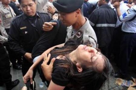90 người bị thương vì giành giật mua BlackBerry