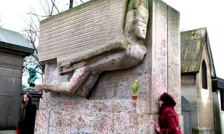 Ngôi mộ của Oscar Wilde bị...