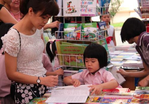 """Văn hoá đọc: Phải """"dạy"""" con từ thuở còn thơ!"""