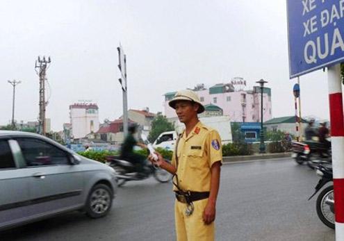 Ngày làm cảnh sát giao thông tối làm xe ôm