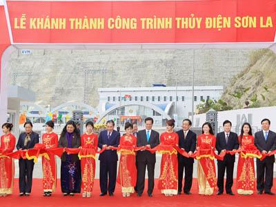 Thủ tướng Nguyễn Tấn Dũng cắt băng khánh thành thủy điện Sơn La
