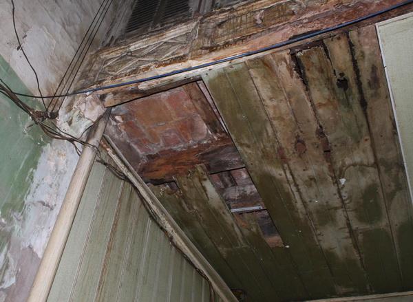 Sập trần nhà cổ Hàng Bạc: Nhà cổ 'bơ vơ' giữa phố