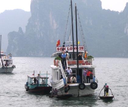 """Ăn xin, cò mồi """"hành"""" du khách tại Vịnh Hạ Long"""