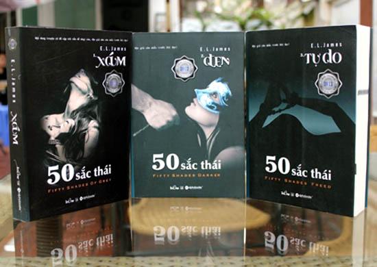 Bộ sách Fifty Shades bản tiếng Anh gồm 3 phần Fifty Shades of Grey, Fifty  Shades Darker và Fifty Shades Freed; dịch sang tiếng Việt thành tên chung 50  sắc ...