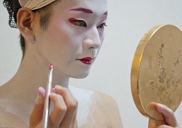 """Chùm ảnh: Cuộc """"lột xác"""" của geisha nam duy nhất trên thế giới"""