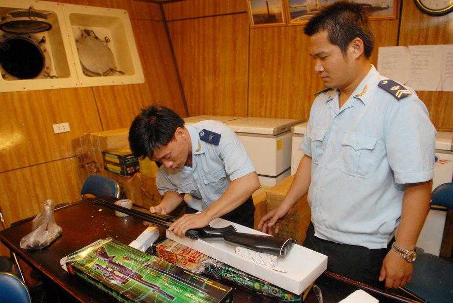 Bắt vụ buôn lậu hơn 100 khẩu súng hơi và nhiều thiết bị quân dụng khác