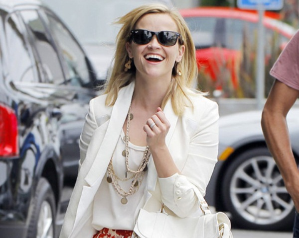 Reese Witherspoon hớ hênh giữa phố