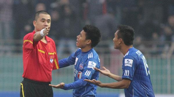 Trọng tài Nguyễn Trọng Thư nhận danh hiệu Còi vàng 2013