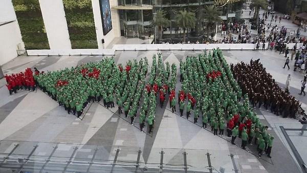 Thái Lan lập kỷ lục Guiness với cây thông Noel từ người thật