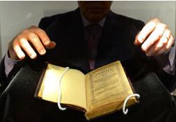Chiêm ngưỡng cuốn sách kinh Thánh đắt nhất thế giới giá 300 tỷ đồng