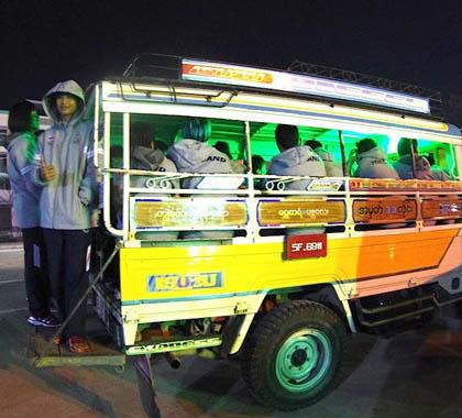 Các nhà vô địch SEA Games rời sân bằng... xe tải