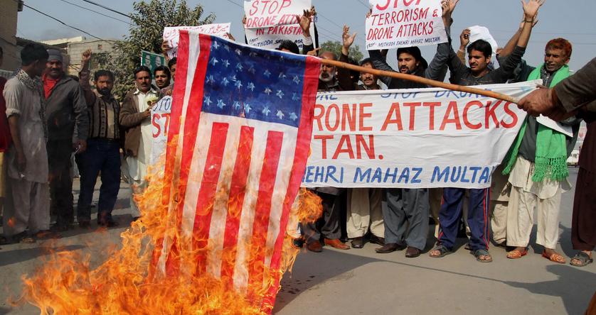 Đốt cờ Mỹ phản đối các vụ không kích máy bay không người lái
