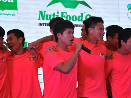 Tuyển thủ U19 hát 'Hello Việt Nam' tặng khách mời quốc tế