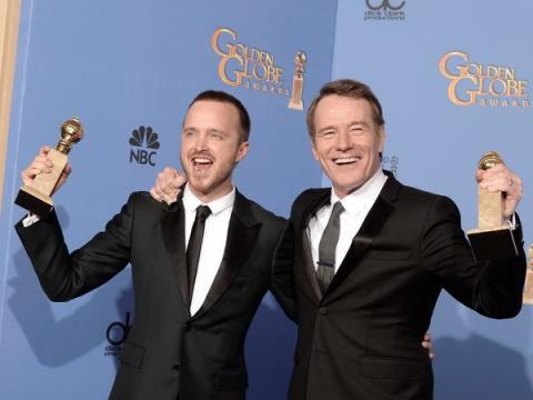 """Aaron Paul (trái) và Bryan Cranston (phải) đoạt giải Quả cầu Vàng dành cho  """"Nam diễn viên chính xuất sắc nhất """" trong phim kịch truyền hình """"Breaking  Bad""""."""