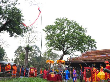 Tái dựng đầy đủ nhất lễ dựng Nêu chốn Hoàng cung