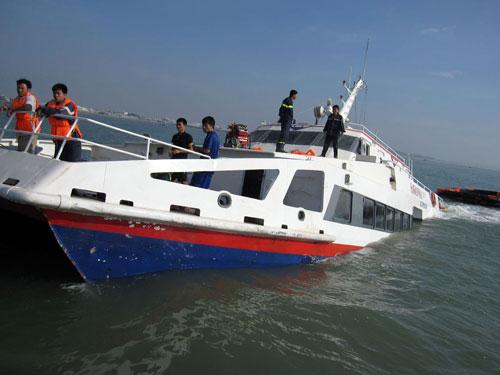 Trục vớt và đưa vào bờ an toàn tàu cao tốc bị chìm