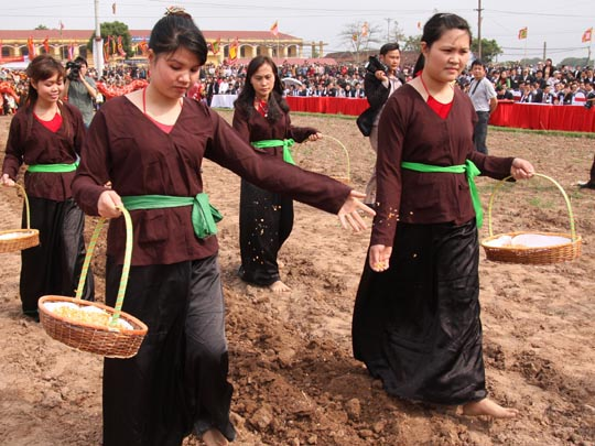 Hàng ngàn người xuống đồng tham dự lễ hội Tịch Điền