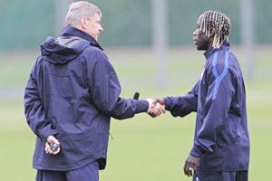 HLV Wenger (trái) sẽ dành cho Sagna bản hợp đồng đặc biệt?