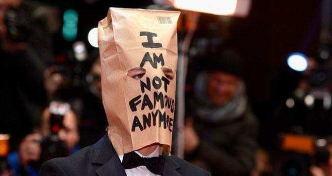 Shia LaBeouf xuất hiện tại LHP Berlin với khuôn mặt... bằng túi giấy