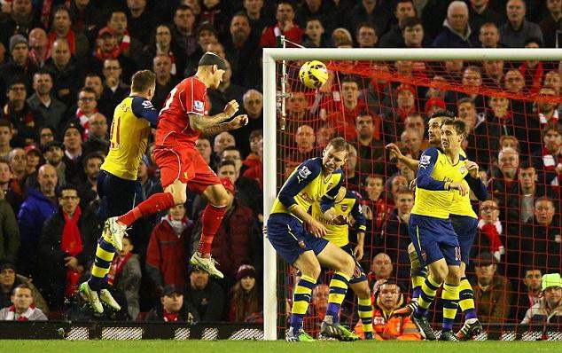 Gary Neville: 'Liverpool - Arsenal còn cách trận đấu lớn cả triệu dặm'