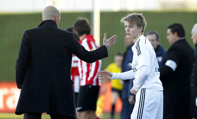 Real đăng ký Odegaard dự Champions League: Hãy thận trọng với một tài năng!