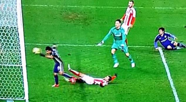 Sergio Aguero đã cố tình dùng tay chơi bóng để ghi bàn như Maradona