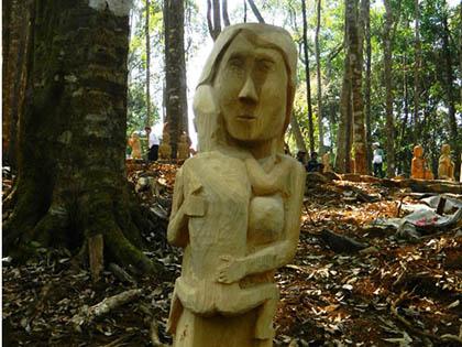 Tác phẩm 'Mẹ ôm con' giành giải Nhất Hội thi tạc tượng gỗ dân gian Tây Nguyên