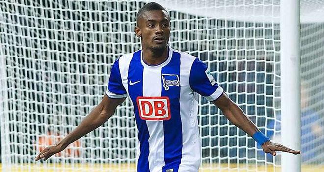 Salomon Kalou bùng búa đục vỡ 'Bức tường Berlin' vì nghĩ là... 'hàng thủ Schalke'