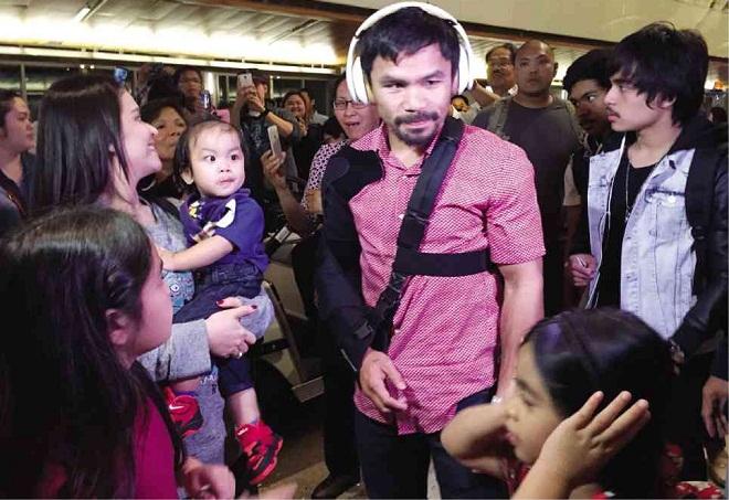 Pacquiao trở về Manila với cánh tay bó bột