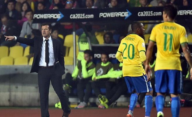 Dunga tiết lộ 15 cầu thủ Brazil nhiễm virus trước trận gặp Paraguay
