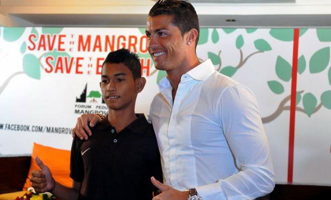 Sống sót sau đại họa sóng thần, cậu bé Indonesia gây ấn tượng mạnh với Cristiano Ronaldo