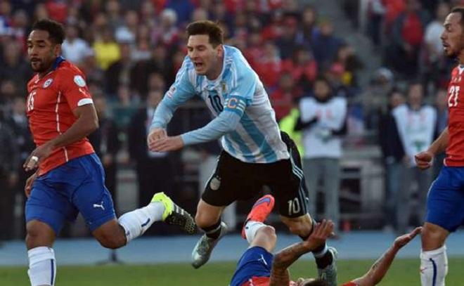 Mẹ của cầu thủ tai tiếng nhất Copa America tấn công gia đình Messi