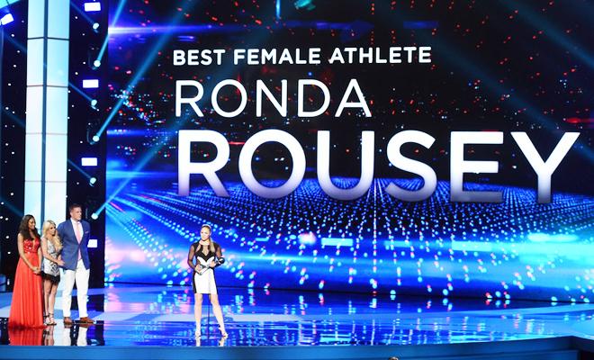 Vượt qua Serena Williams, Nữ hoàng UFC Ronda Rousey giành cú đúp giải thưởng ESPY 2015