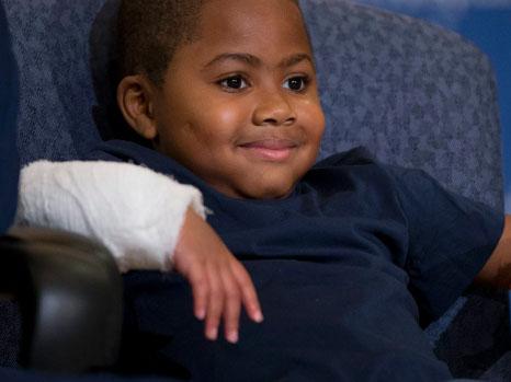 VIDEO: Cấy ghép thành công cả hai bàn tay cho bệnh nhi trẻ nhất thế giới