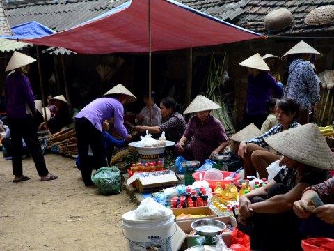 Bình dị phiên chợ quê ngoại ô Hà Nội