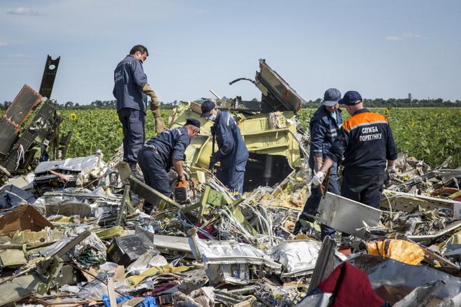 Điều tra vụ MH17: Thế giới nín thở khi tìm thấy mảnh vỡ nghi của tên lửa BUK