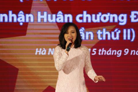 Khánh Linh hát 'Bài ca hy vọng' mừng 70 năm TTXVN