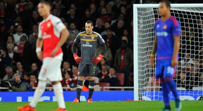ĐIỂM NHẤN: Walcott đã thành tiền đạo. Cẩn thận Sanchez quá tải. Hãy loại ngay Ospina