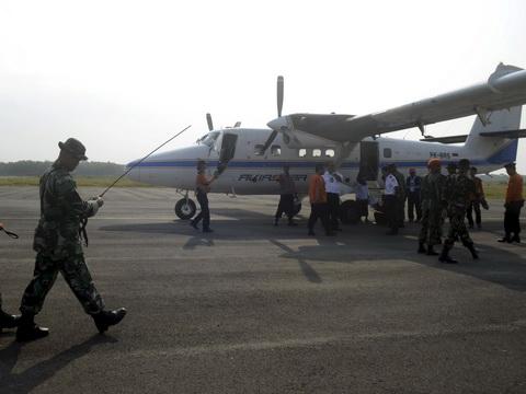Tìm thấy thi thể 7 người lớn, 3 trẻ em trong vụ máy bay mất tích ở Indonesia