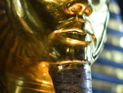 Ai Cập bắt đầu phục chế bộ râu bị gãy trên mặt nạ vàng của Tutankhamun