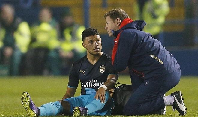 Wenger nín thờ chờ tin chấn thương của Walcott và Oxlade-Chamberlain
