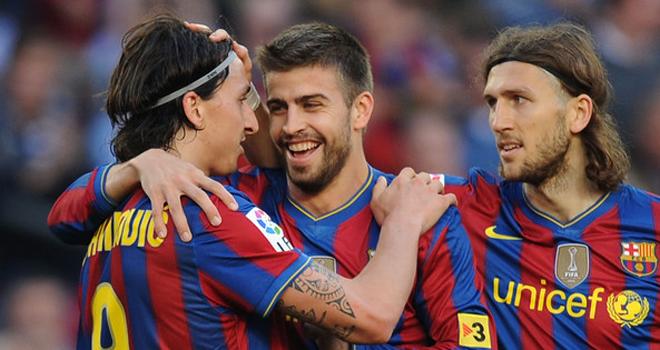 Pique lên tiếng về bức ảnh 'âu yếm' Ibrahimovic: 'Vì tôi sống tình cảm nên thế'