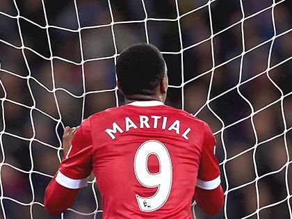 Hàng công Man United: Martial kém duyên vì quá đa năng?