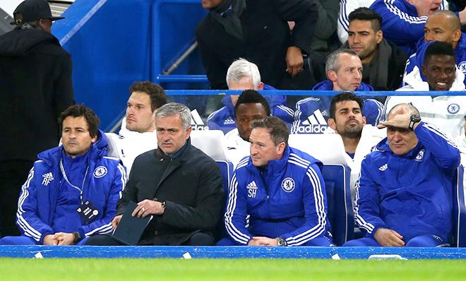 Mỗi tuần một chuyện: Mourinho chỉ còn biết chờ đợi lệnh sa thải từ Abramovich