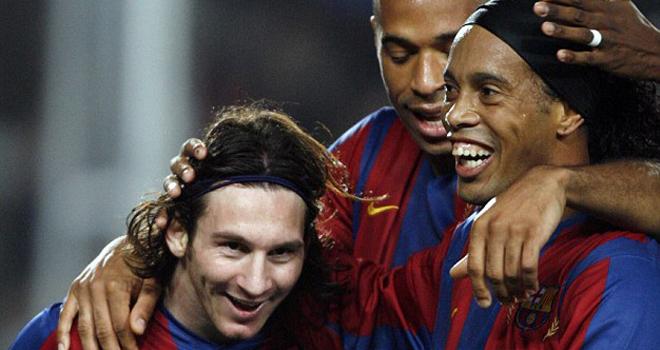 Cực kỳ ngưỡng mộ Ronaldinho, Messi tặng món quà đặc biệt