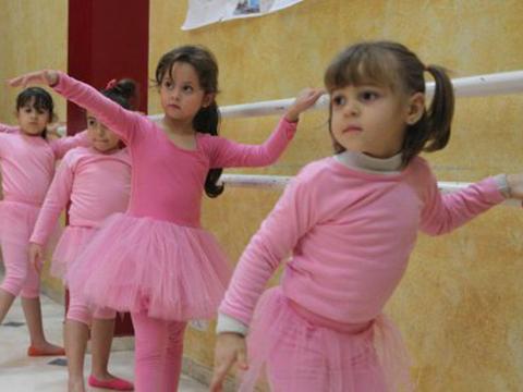 VIDEO: Lớp học múa ballet giữa vùng chiến sự Dải Gaza