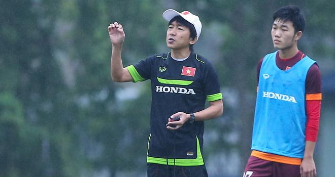 HLV Miura nói chuyện riêng với học trò, Anh Khoa trở lại trong năm 2016