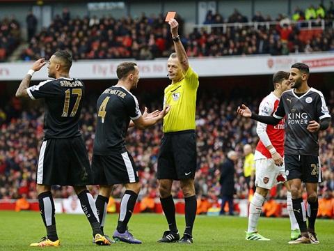 Trọng tài Martin Atkinson bị 'ném đá' tơi tả sau trận Arsenal thắng Leicester